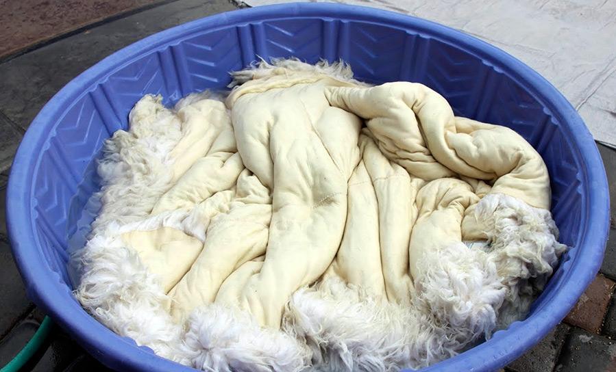 выделать овечью шкуру